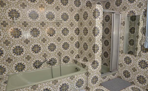 Badezimmer mit Badewanne, Dusche, zwei Waschbecken und WC - Ferienwohnung Haus Helga, Neustadt an der Weinstraße (Pfalz)