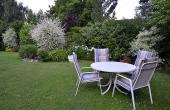 Großer Garten mit Tisch und Stühlen - Ferienwohnung Haus Helga, Neustadt an der Weinstraße (Pfalz)
