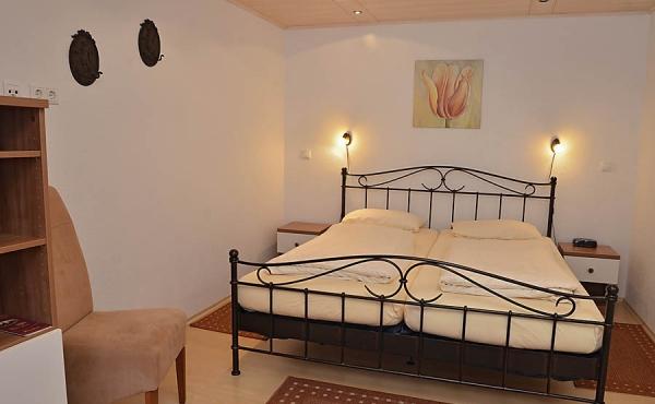 GroWohn- und Schlafbereich mit Doppelbett - Gästezimmer im Klohrer Winzerhof, Neustadt / Weinstr., Weindorf Mußbach (Pfalz)