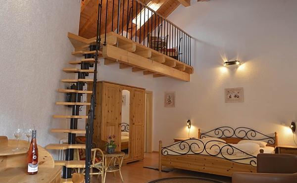 Wohn- und Schlafbereich mit Doppelbett und Galerie - Gästezimmer im Klohrer Winzerhof, Neustadt / Weinstr., Weindorf Mußbach (Pfalz)
