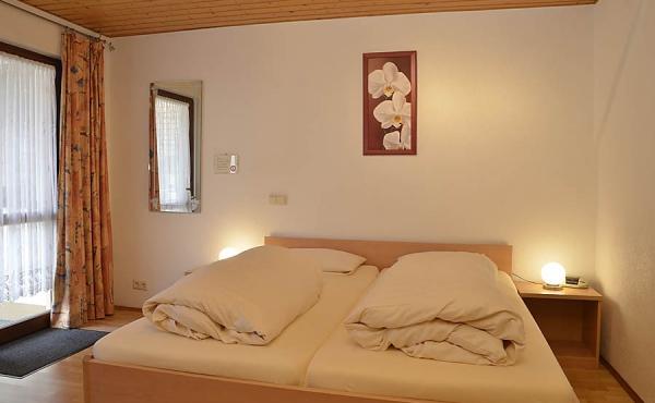 Wohn- und Schlafbereich mit Doppelbett - Gästezimmer beim Klohrer Winzerhof, Neustadt / Weinstr., Weindorf Mußbach (Pfalz)