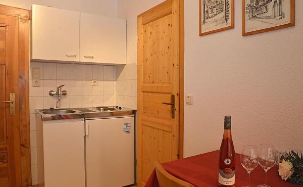 Küchenzeile und Esstisch - Gästezimmer beim Klohrer Winzerhof, Neustadt / Weinstr., Weindorf Mußbach (Pfalz)