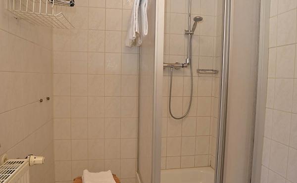 Modernes Bad mit Dusche / WC - Gästezimmer beim Klohrer Winzerhof, Neustadt / Weinstr., Weindorf Mußbach (Pfalz)