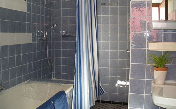 Bad mit Badewanne, Dusche und WC, Ferienhaus Ronja - Weindorf Mußbach, Neustadt / Weinstr. (Pfalz)