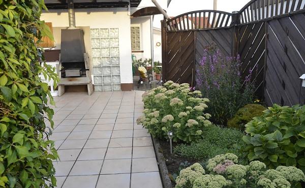 Pergola-Terrasse mit Grillecke am Garten: Ferienwohnung Haus am Weinberg, Neustadt-Mußbach (Pfalz)