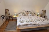 Großes Schlafzimmer mit Doppelbett und Schrank, Ferienwohnung Haus am Weinberg, Mußbach - Neustadt / Weinstr. (Pfalz)