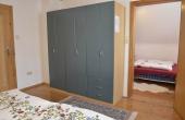 Schrank im großen Schlafzimmer und Tür zum kleineren Schlafzimmer, Ferienwohnung Haus am Weinberg, Mußbach - Neustadt / Weinstr. (Pfalz)