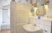 Badezimmer mit Dusche und Badewanne, Ferienwohnung Haus am Weinberg, Mußbach - Neustadt / Weinstr. (Pfalz)