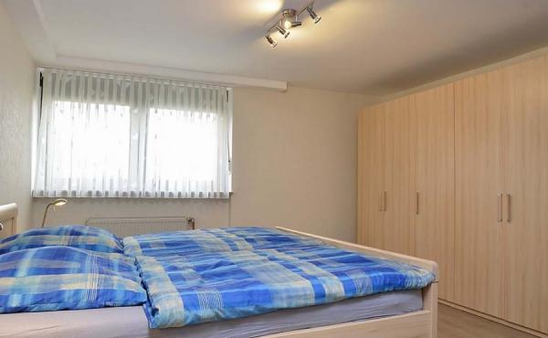 Schlafzimmer mit Kleiderschrank, komplett renoviert - Apartment Siebenpfeiffer, Neustadt / Weinstr.