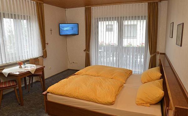 Wohn-/Schlafraum mit Kleiderschrank Tisch und TV - Gästezimmer 2, Gästehaus Ehmer an der Weinstraßenmitte, Weindorf Diedesfeld, Neustadt an der Weinstraße (Pfalz)