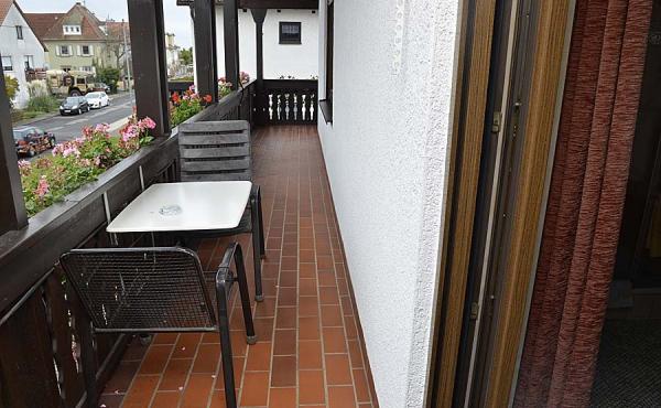 Jedes Gästezimmer hat Zugang zu einem großen, ums Haus laufenden Balkon inkl. Tisch, Stühlen und Aschenbecher - Gästezimmer 2, Gästehaus Ehmer an der Weinstraßenmitte, Weindorf Diedesfeld, Neustadt an der Weinstraße (Pfalz)
