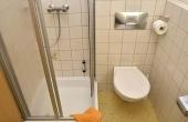 Bad mit Dusche / WC und Föhn - Gästezimmer 3, Gästehaus Ehmer an der Weinstraßenmitte, Weindorf Diedesfeld, Neustadt an der Weinstraße (Pfalz)
