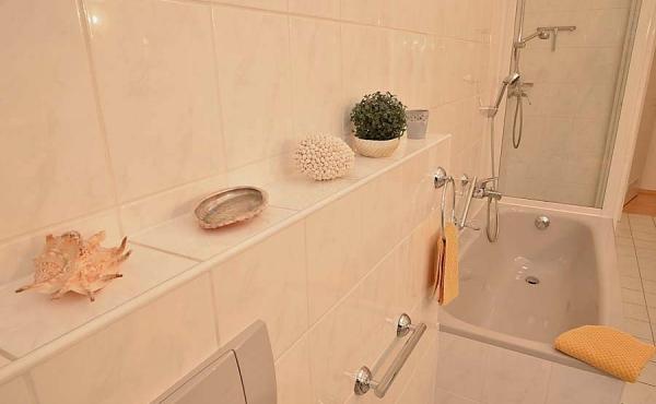 Tageslichtbad mit zwei Waschtischen, WC + Bidet, Badewanne + Dusche, Ferienwohnung 1, Gästehaus Altstadt
