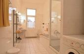 Perfekt ausgestattetes Tageslichtbad mit Waschmaschine, Badewann, Dusche, zwei Waschtischen, WC und Bidet, Ferienwohnung 1, Gästehaus Altstadt