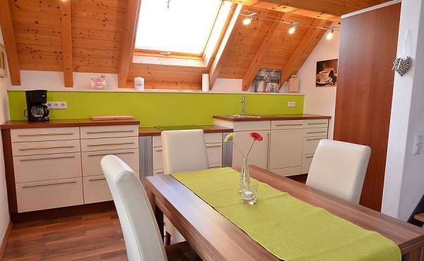 helle Küche mit Esstisch - Haus Stachel, Apartment Dorsa, Neustadt / Weinstr., Weindorf Hambach