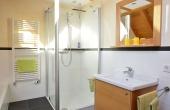 modernes Bad mit großem Fenster und Schloss-Blick - Appartment Dorsa, Ferienwohnungen Stachel