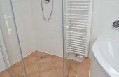 Modernes Bad mit Dusche, Eckbadewanne und WC - Ferienwohnung Hof Albert, Weindorf Hambach, Neustadt / Weinstr. (Pfalz)