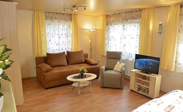 Schlaf- und Wohnzimmer im 1. Stock - Gästehaus Hanß - Ferienwohnung, Weindorf Hambach, Neustadt / Weinstraße (Pfalz)