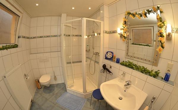 Bad mit Dusche / WC - Gästehaus Hanß - Ferienwohnung, Weindorf Hambach, Neustadt / Weinstraße (Pfalz)