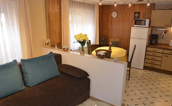 Küche, Essbereich und Sitzecke im Erdgeschoss - Gästehaus Hanß - Ferienwohnung, Weindorf Hambach, Neustadt / Weinstraße (Pfalz)