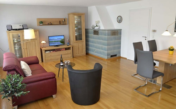 Auf einen Blick - Wohn- und Essbereich mit voll ausgestatteter Einbauküche - Gästehaus Altstadt, Neustadt / Weinstr.