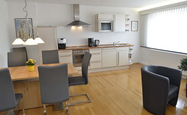 Essbereich und voll ausgestattete Einbauküche (Ferienwohnung 2 - Gästehaus Altstadt, Neustadt / Weinstr.