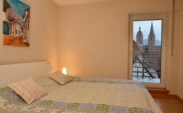 1. Schlafzimmer mit Doppelbett, Kleiderschrank und Zugang z. Balkon (Ferienwohnung 2, Gästehaus Altstadt)