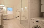 Großes Tageslichtbad, perfekt ausgestattet mit 2 Waschbecken, Badewanne, Dusche, Waschmaschine, WC + Bidet