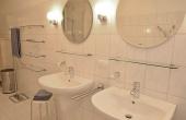Großes Tageslichtbad mit 2 Waschbecken, Badewanne, Dusche, Waschmaschine, WC + Bidet