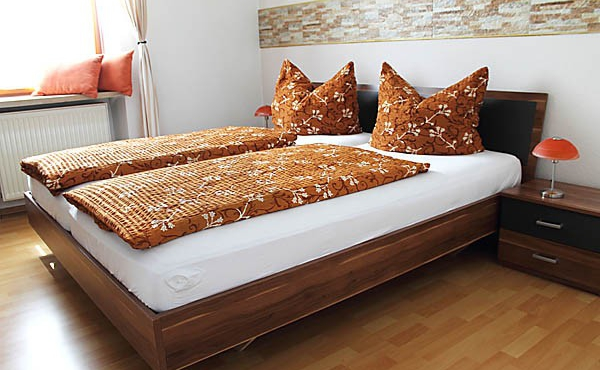 Schlafzimmer 1, Apartment Feigenblatt - Urlaubsdomizil Haardter Sonne, Neustadt / Weinstr. (Pfalz)