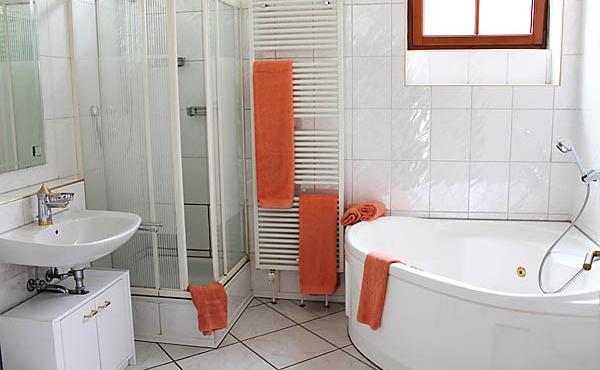 Badezimmer mit Dusche, Badewanne, WC, Apartment Feigenblatt - Urlaubsdomizil Haardter Sonne, Neustadt / Weinstr. (Pfalz)