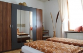 Schlafzimmer 1 mit geräumigem Kleiderschrank, Apartment Feigenblatt - Urlaubsdomizil Haardter Sonne, Neustadt / Weinstr. (Pfalz)\\r\\n