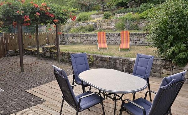 Terrasse und großer Garten mit Liegestühlen - Fewo Kerner, Ferienhaus Winzerhof, Weindorf Haardt, Neustadt / Weinstraße (Pfalz)