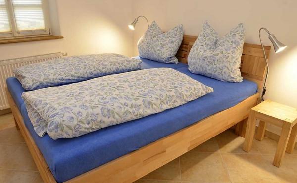 Schlafzimmer mit Doppelbett und Kleiderschrank; alle Möbel aus Massivholz - Ferienwohnung Biengarten, Weingut Thomas Steigelmann, Gimmeldingen (Pfalz), Neustadt / Weinstr.