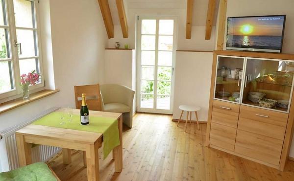 Wohnbereich mit Esstisch und kleiner Küchenzeile - Ferienwohnung Idig, Weingut Thomas Steigelmann, Gimmeldingen (Pfalz), Neustadt / Weinstr.