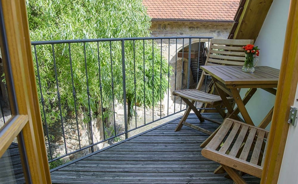 Blick in den Hof vom Mini-Balkon aus - Ferienwohnung Idig, Weingut Thomas Steigelmann, Gimmeldingen (Pfalz), Neustadt / Weinstr.