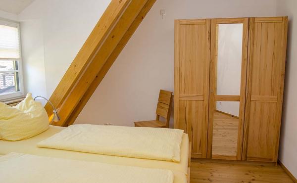 Schlafzimmer mit Doppelbett und Kleiderschrank aus Massivholz - Ferienwohnung Idig, Weingut Thomas Steigelmann, Gimmeldingen (Pfalz), Neustadt / Weinstr.\\\\\\\\\\\\\\\\r\\\\\\\\\\\\\\\\n