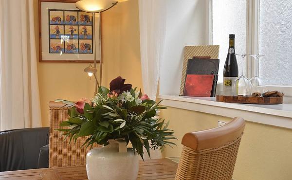 Wohnzimmer mit Esstisch - Ferienwohnung Mönchgarten, Haus Mandelblüte, Weindorf Gimmeldingen, Neustadt / Weinstr. (Pfalz)
