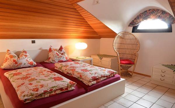 Schlafzimmer mit Blick nach Osten in die Rheinebene - Ferienwohnung Haus Rebland, Weindorf Gimmeldingen / Königsbach, Neustadt / Weinstr. (Pfalz)