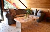 Wohnzimmer mit großem Sofa - Ferienwohnung Haus Rebland, Weindorf Gimmeldingen / Königsbach, Neustadt / Weinstr. (Pfalz)