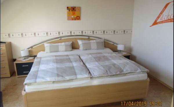 Schlafzimmer mit Doppelbett - Ferienwohnung Haus Storck, Weindorf Gimmeldingen, Neustadt / Weinstr. (Pfalz)