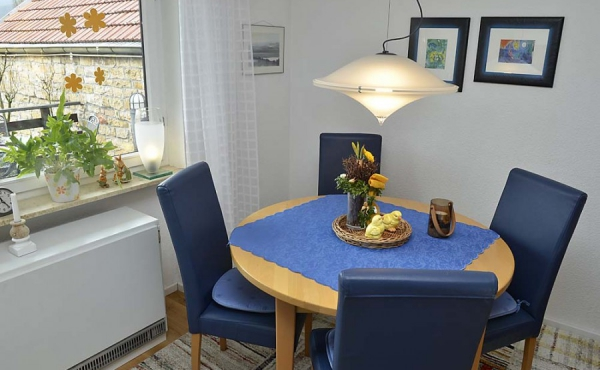 Esstisch im Wohnzimmer - Ferienwohnung Haus unter der Burg, Gimmeldingen, Neustadt / Weinstr. (Pfalz)