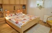 Komfortables Schlafzimmer mit Doppelbett und großem Kleiderschrank - Ferienwohnung Haus unter der Burg, Gimmeldingen, Neustadt / Weinstr. (Pfalz)