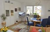 Liebevoll eingerichtetes Wohnzimmer mit Zugang zum Balkon - Ferienwohnung Haus unter der Burg, Gimmeldingen, Neustadt / Weinstr. (Pfalz)
