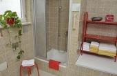 Großes Badezimmer mit Dusche und WC - Ferienwohnung Haus unter der Burg, Gimmeldingen (Pfalz)