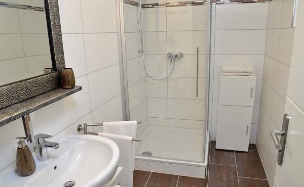Modernes Bad mit Dusche / WC - Apartment Ambiente, Hof Rebenblüte, Weindorf Gimmeldingen, Neustadt / Weinstr. (Pfalz)