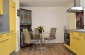 Moderne große Küche mit Esstisch und Zugang zum Bad - Apartment Ambiente, Hof Rebenblüte, Weindorf Gimmeldingen, Neustadt / Weinstr. (Pfalz)