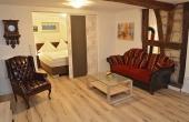 Wohnzimmer und Schlafbereich, gemütlich und modern zugeich - Ferienwohnung Rustika, Hof Rebenblüte, Weindorf Gimmeldingen, Neustadt / Weinstr. (Pfalz)